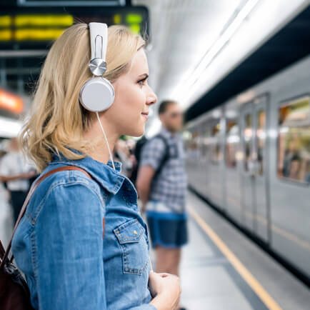 Am Bahnhof stehen mit Fliegenglas Hörbuch